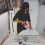 Giovanna la prima shaper italiana donna, mentre sta creando una minimalibu personalizzata