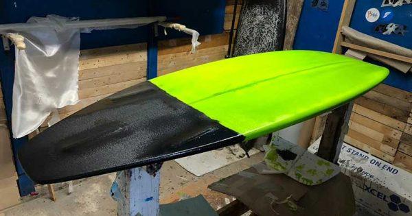Una tavola da surf shortboard appena laminata
