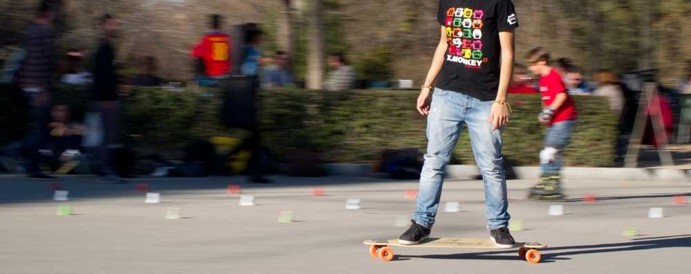 Uno skater in città mentre impara a muoversi con il suo longboard custom