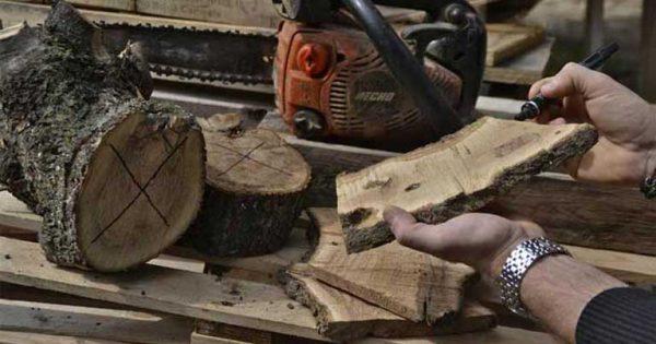 I gadget surf eco nascono dal legno pregiato riciclato. Nella foto un artigiano seleziona i pezzi di legno.