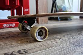 Il dettaglio di una tavola da skate, delle ruote e del truck