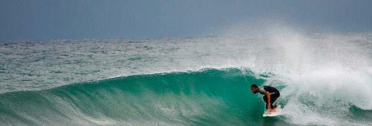 Un surfista del gargano dentro un tubo tra le onde di visete