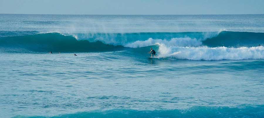 Una classica foto di surf in Italia, un surfista mentre cavalca un'onda
