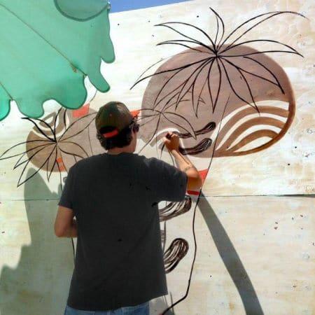 un artista impegnato a realizzare un'opera live