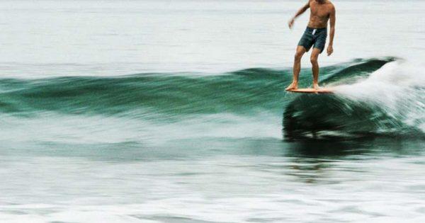 Longboard surf, il piacere del surf e la passione originale per sentire le vibrazioni del mare