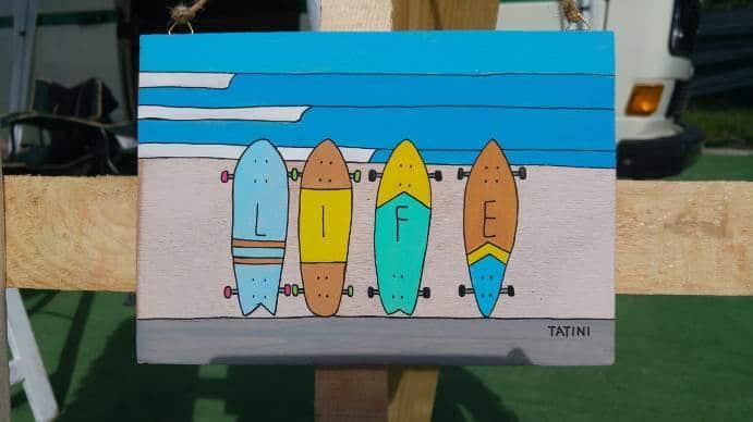 Una tavoletta disegnata dai Tatini con alcune tavole da skate e il messaggio bellissimo LIFE