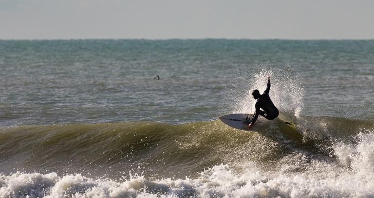 Andrea mentre surfa. Una manovra sulle onde di Marina di Carrara