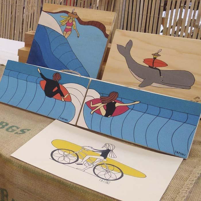 Alcune tavolette disoegnate a mano dai Tatini, gli artigiani surfisti che mano creare illustrazioni semplici, ma che sanno colpire molto