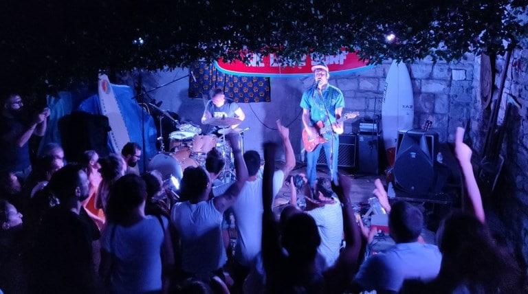 Andrea di we love surf durante un live in un club