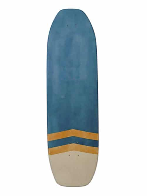il surfskate wave decorato in legno di acero decorato con mordente blu. una tavola skate ideale per l'allenamento surf
