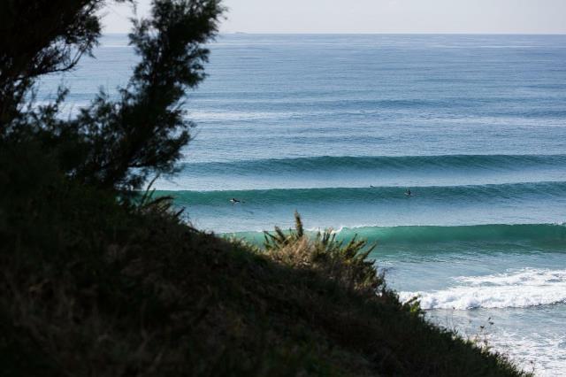un panorama con onde e surfisti