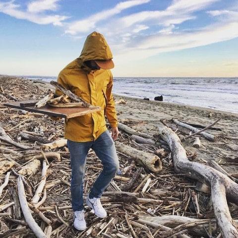 Alessandro di Gludamare l'artigiano che crera con oggetti trovati in spiaggia