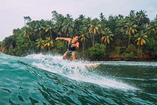 Luigi il creatore della cera da surf Bio mentre surfa