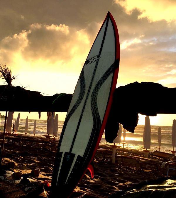 tavola da surf con stringer parabolici in carbonio