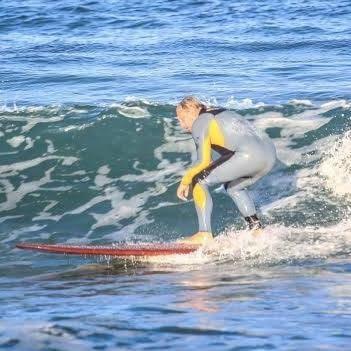 Franz Fiorentino mentre surfa in Liguria
