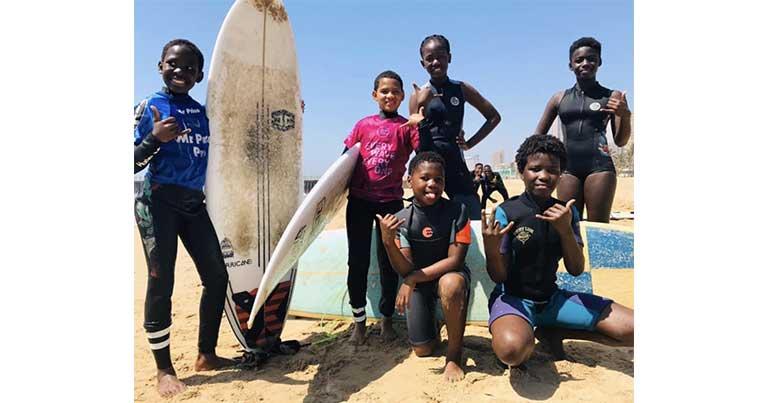 foto di gruppo Surfers Not Street Children associazione benefica surf