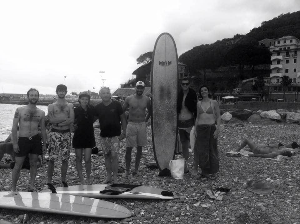 Surfisti nella spiaggia di recco