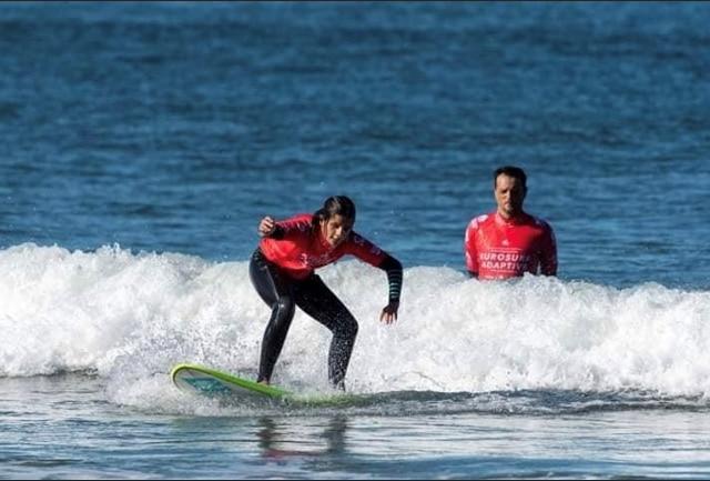 surfista ceca mentre surfa un'onda