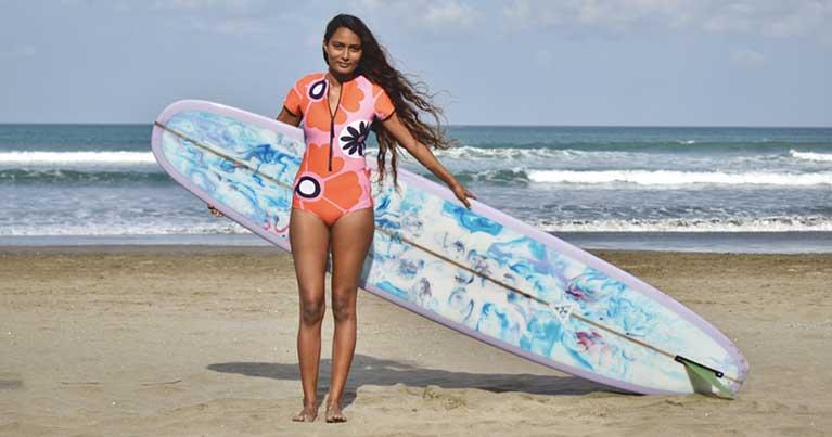 il surf e le donne, la storia di una delle prime surfiste pro indiane