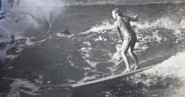 Dorothy De Rooy Vidgen mentre surfa un'onda
