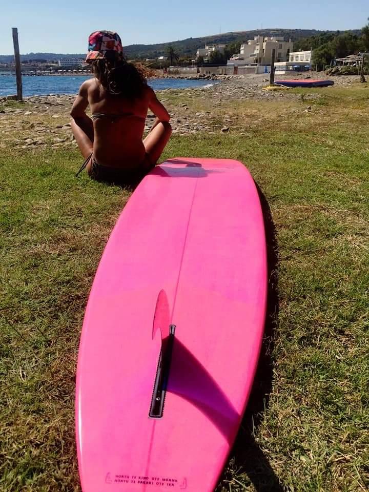 surfista con tavola rosa