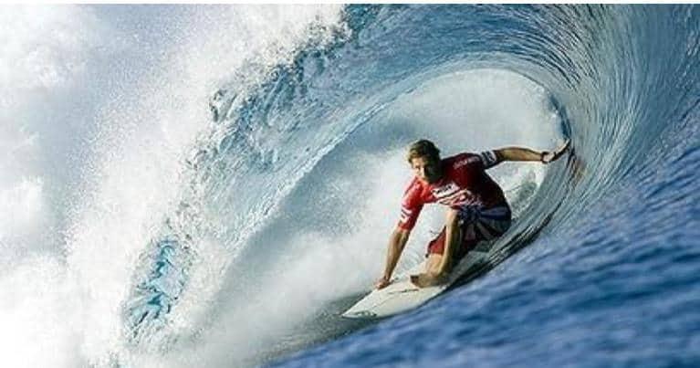 Andy Iron leggenda del surf moderno mentre surfa un'onda che tuba