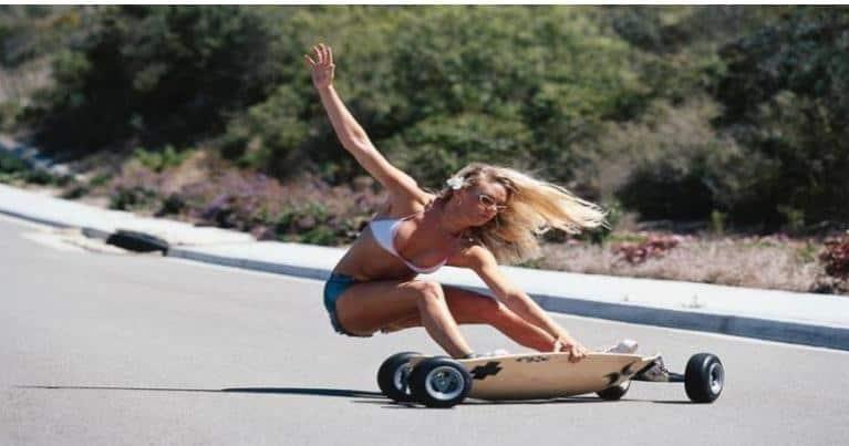 ragazza su skateboard
